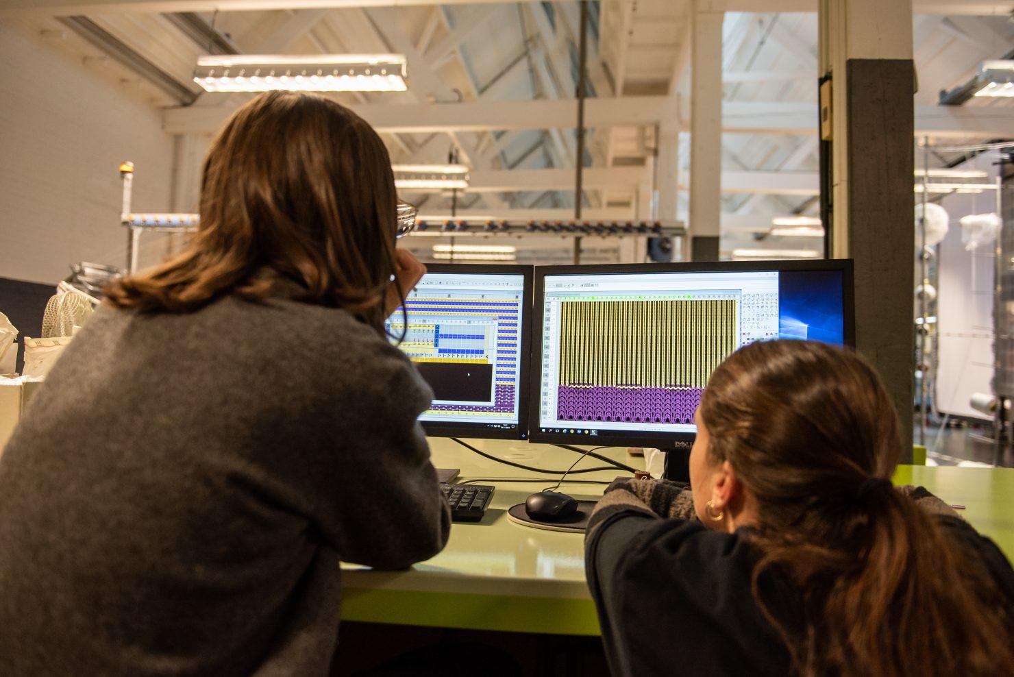 lab medewerkers bij computer