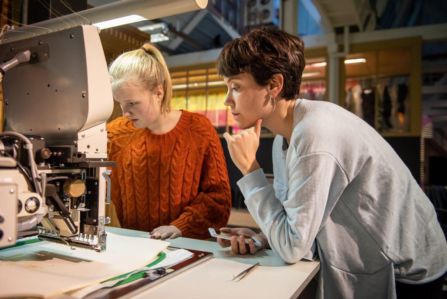 twee lab medewerkers bij machine