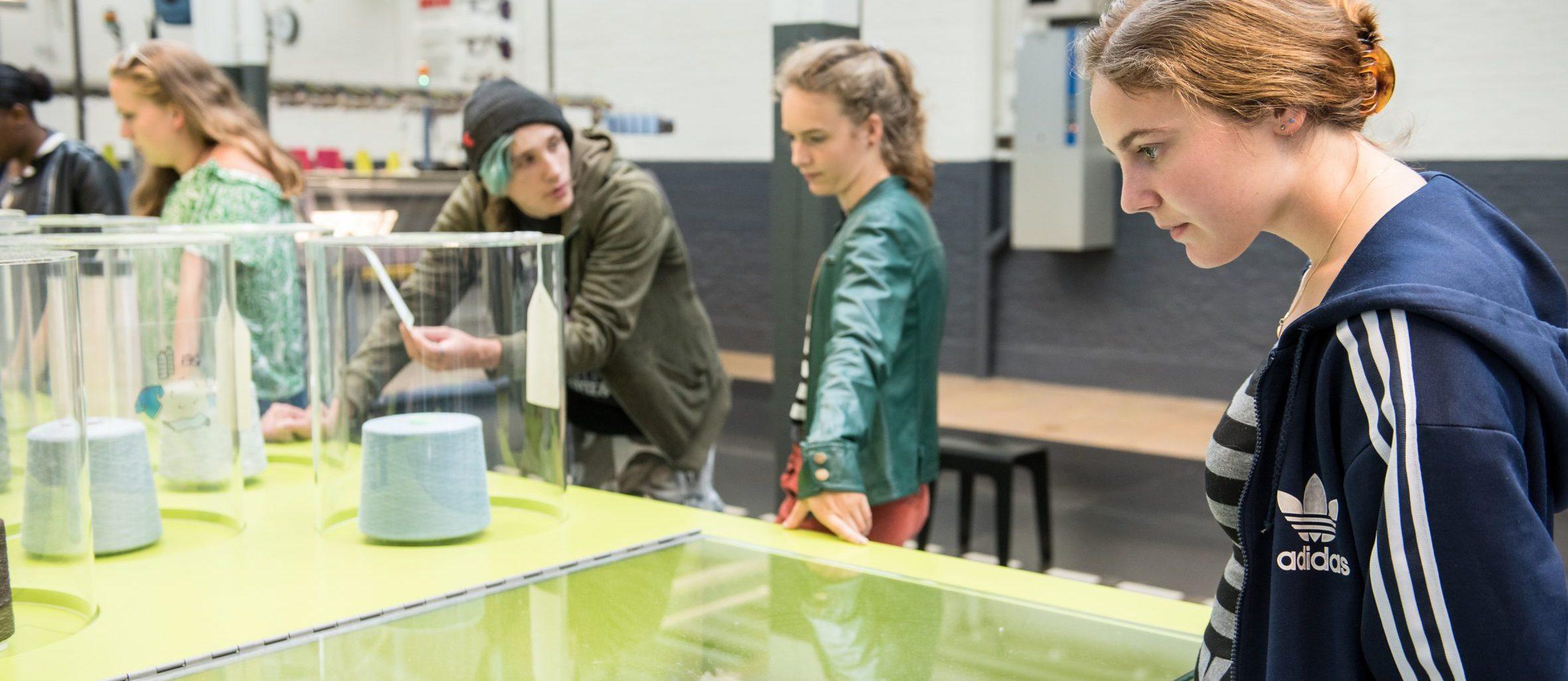 Studenten in het TextielLab. Foto William van der Voort