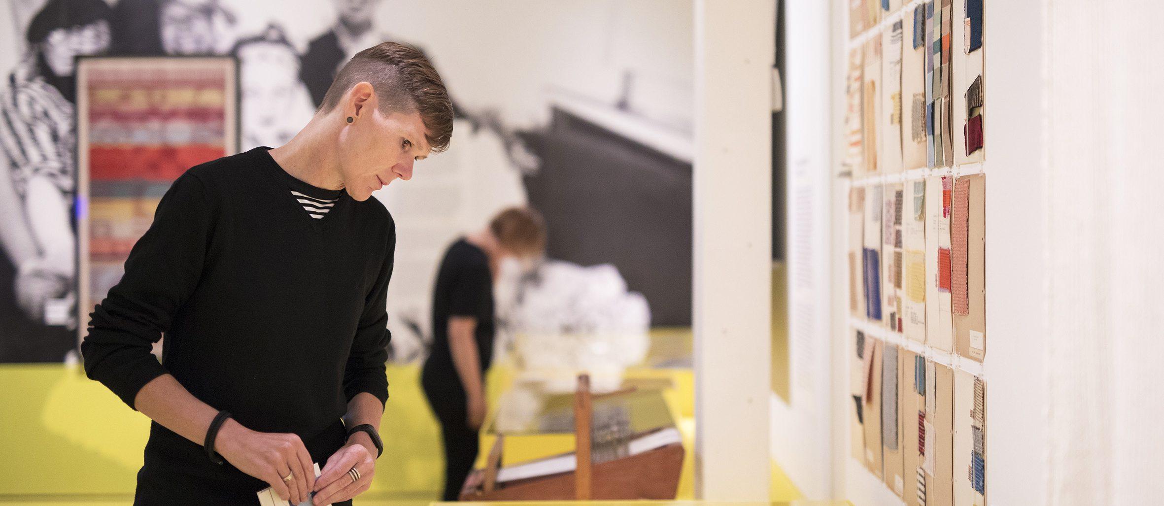 Bezoeker in tentoonstelling. Foto: Diewke van den Heuvel