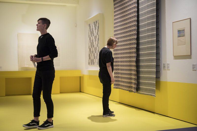 Bezoekers in de tentoonstelling Bauhaus. Foto: Diewke van den Heuvel.