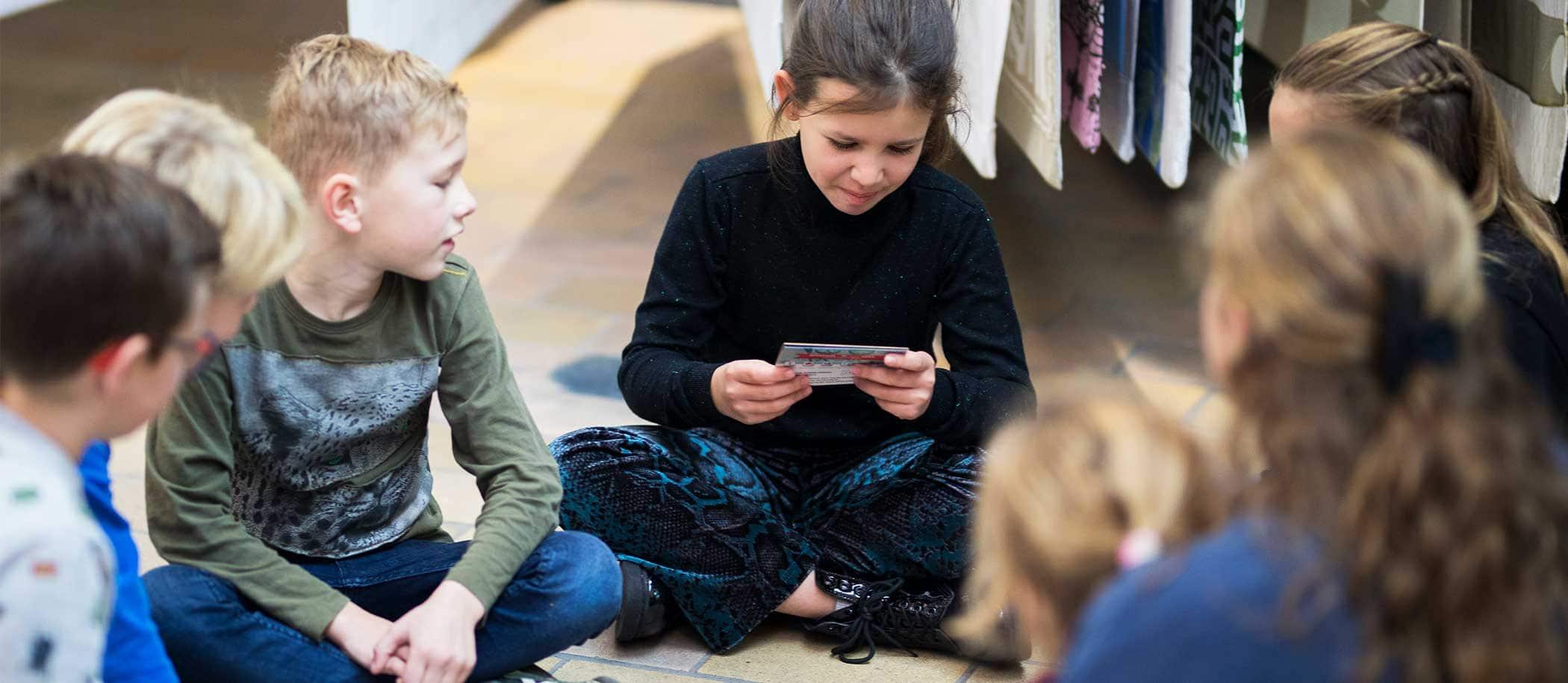 kinderen zitten op de grond met Museum Dobbelspel