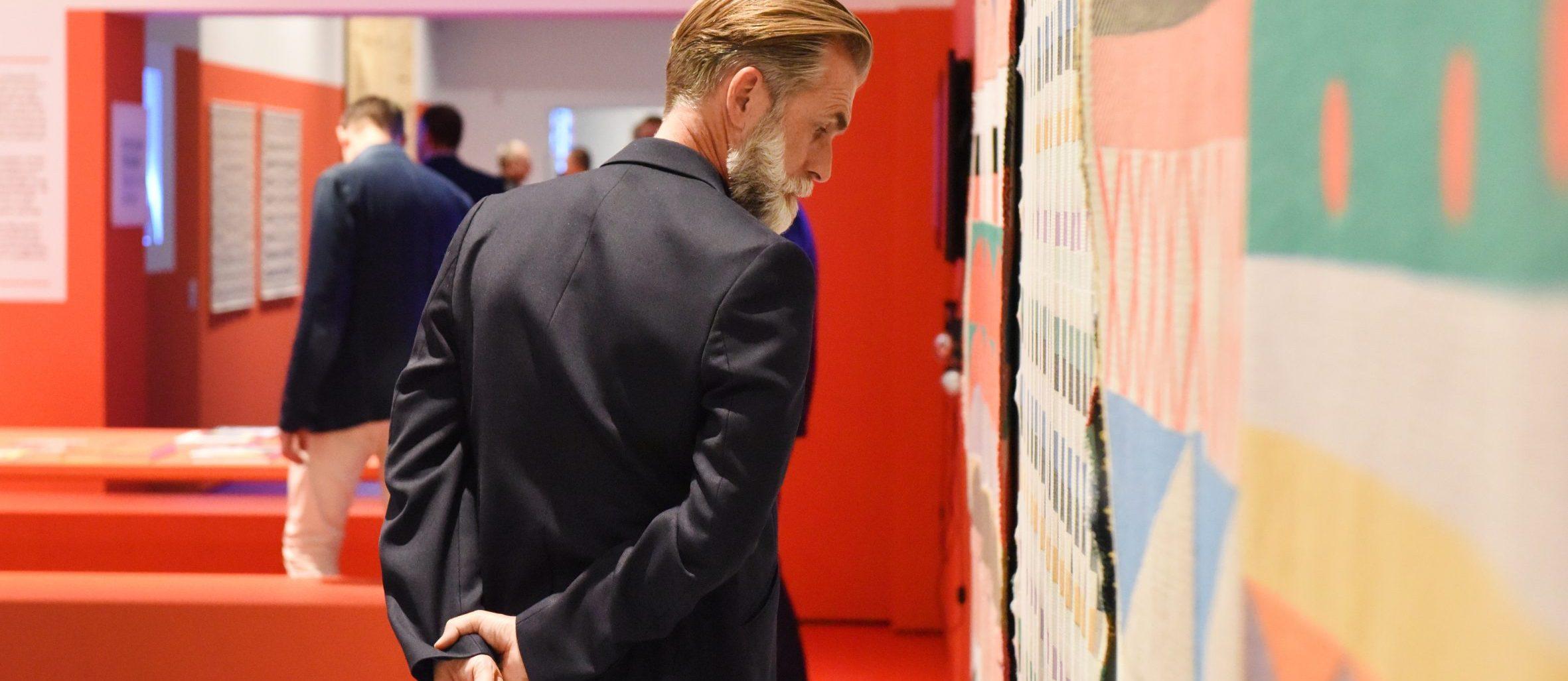 Bezoeker in de tentoonstelling Bauhaus
