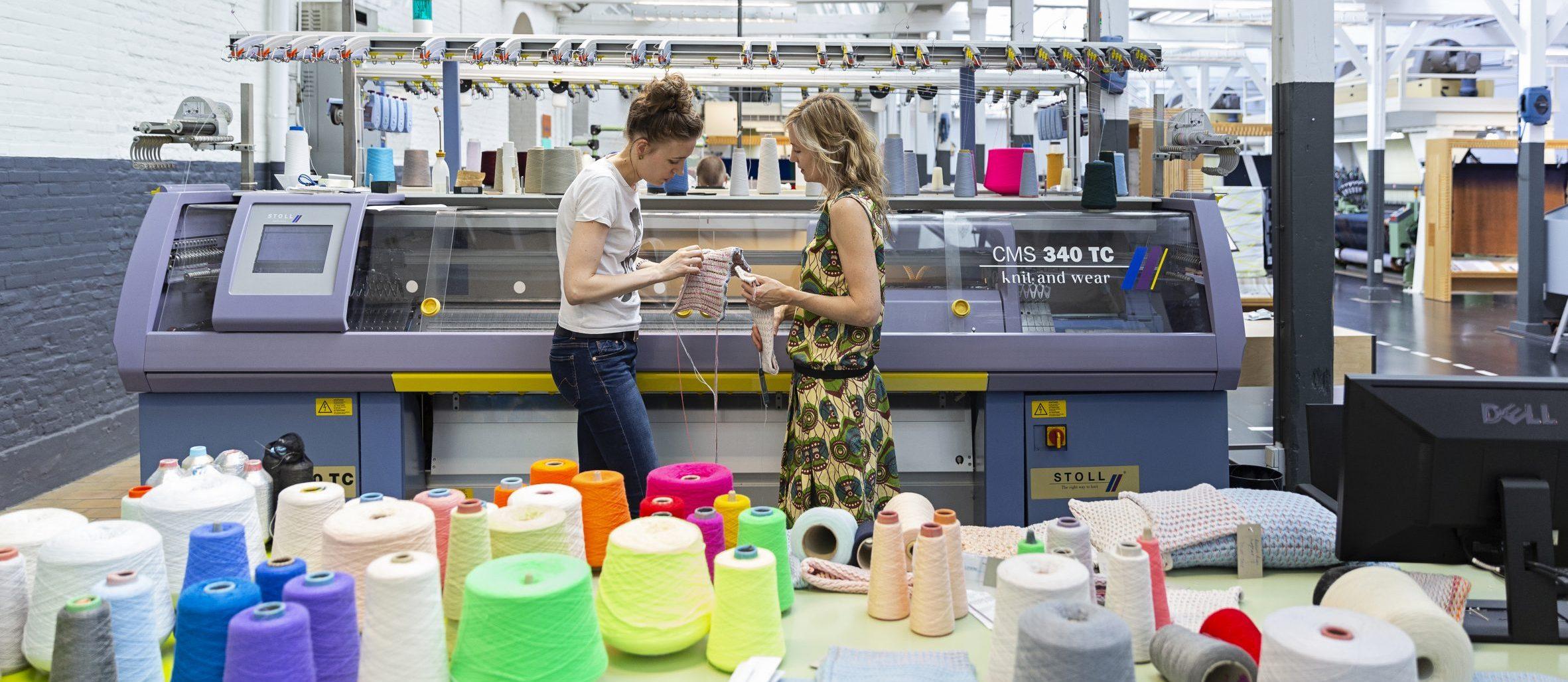 Carole Baijings met productontwikkelaar