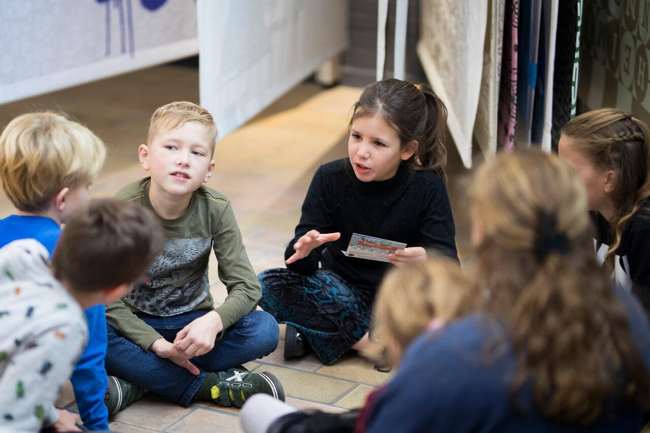 kinderen op de grond met Museum in een Boekje