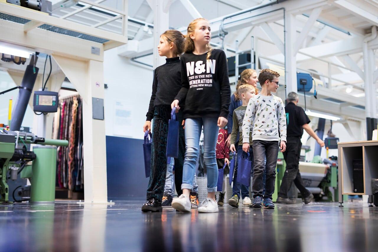 kinderen lopen door het TextielLab