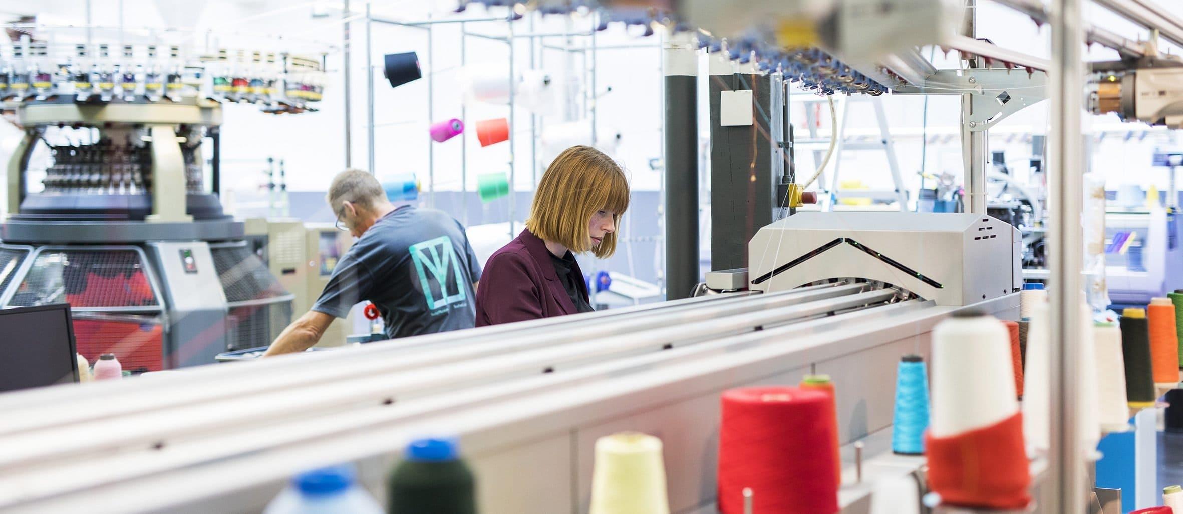 Werknemers aan het werk in het TextielLab