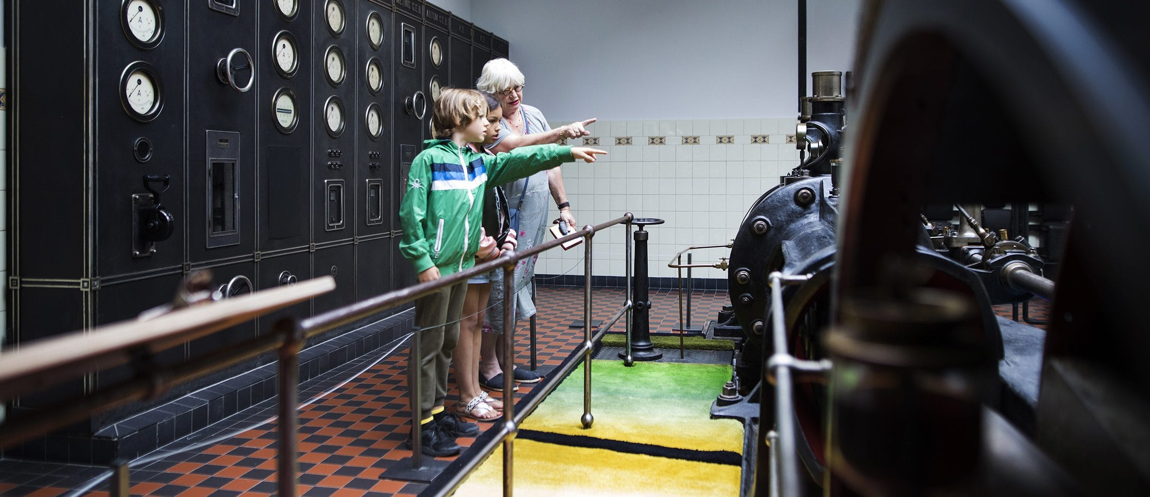 Bezoekers bij de stoommachine