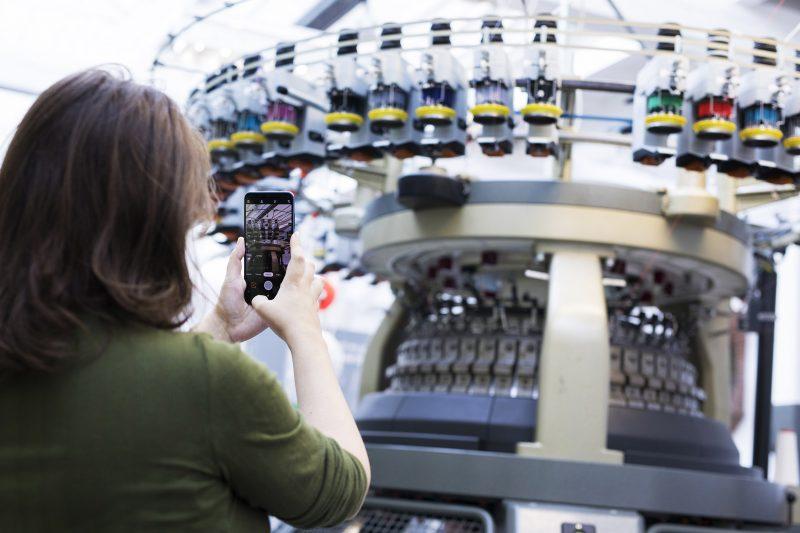 Bezoeker maakt foto van machine. Foto: Tommy de Lange