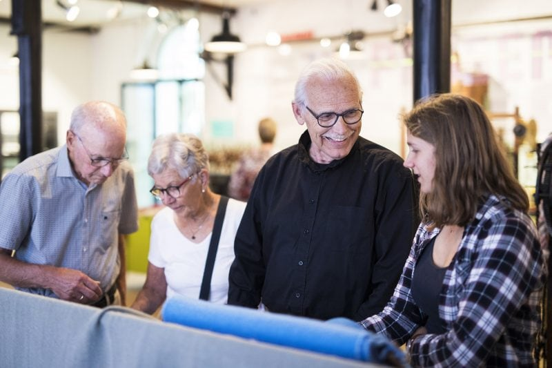 Vrijwilliger met bezoekers. Foto: Tommy de Lange