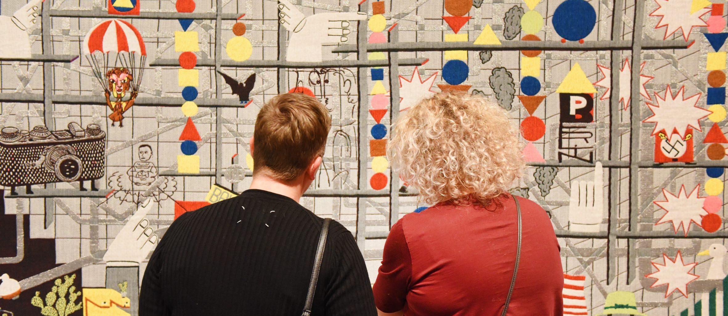 Bezoekers in de tentoonstelling Bauhaus.
