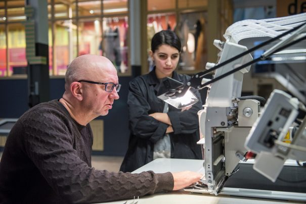 Werknemer met student in het TextielLab.