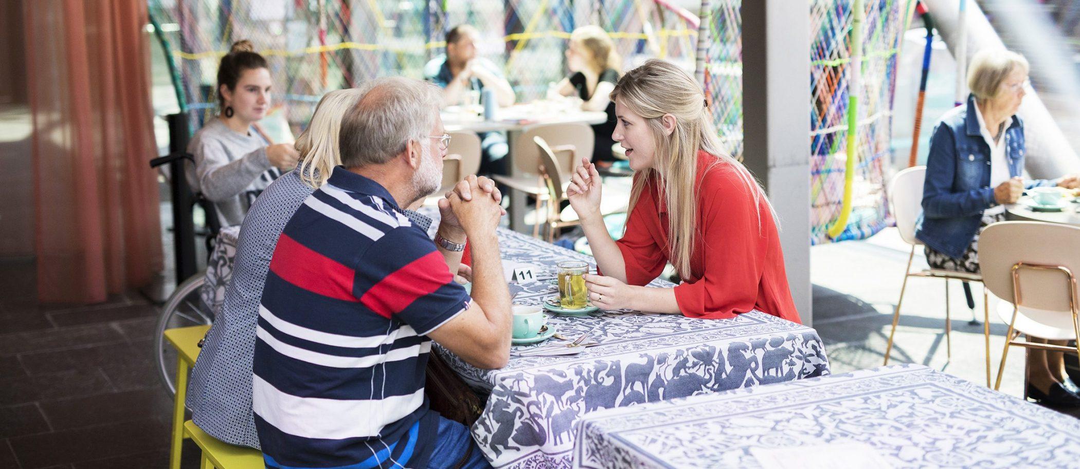 Bezoekers in het TextielCafe.