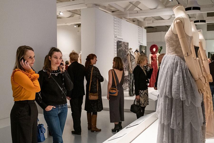 Bezoekers met de luistertour bij de jurken van Dior, foto: William van der Voort