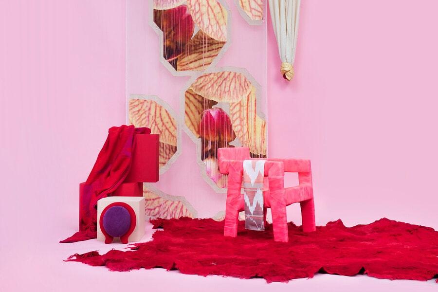 Museumstukken in de kleuren roze en rood in een studio met roze achtergrond