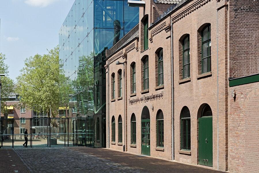 zijaanzicht gebouw entree TextielMuseum