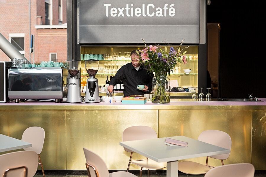 Medewerker aan het werk in het TextielCafé