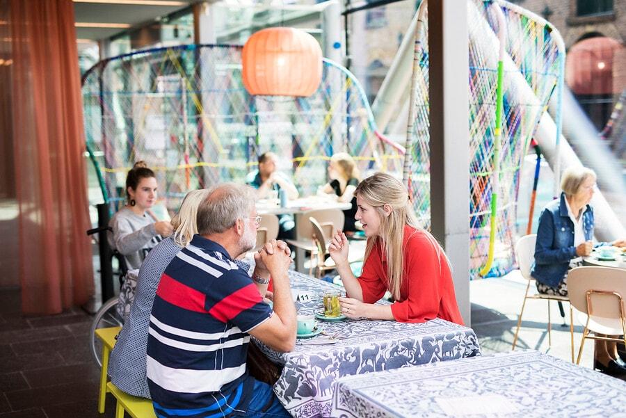 bezoekers in het TextielCafé
