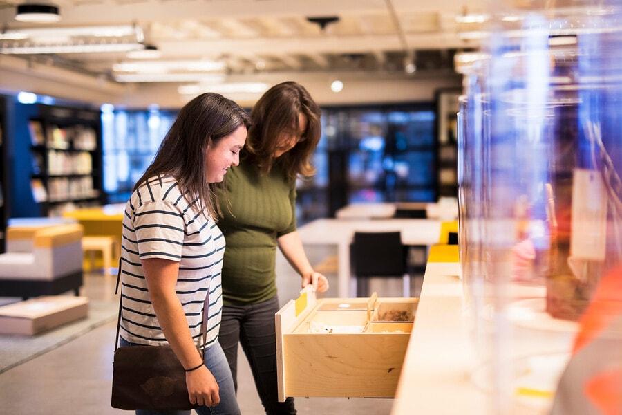 bezoekers in de bibliotheek van het TextielMuseum