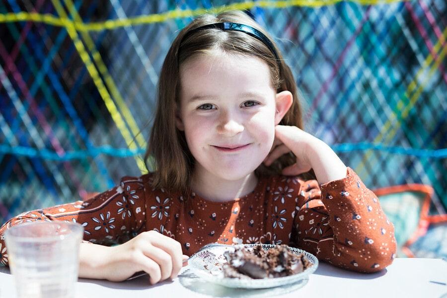 Kind in het TextielCafé met taart.