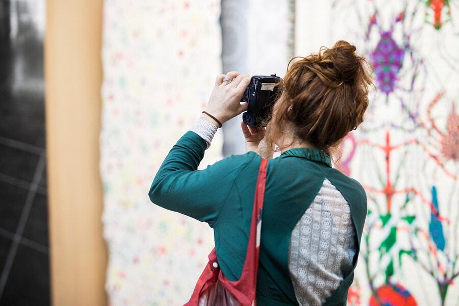 bezoeker met camera in sample studio