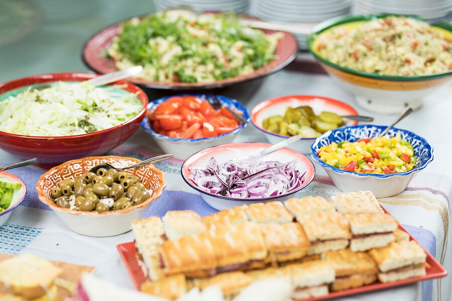 Verschillende gerechten op borden