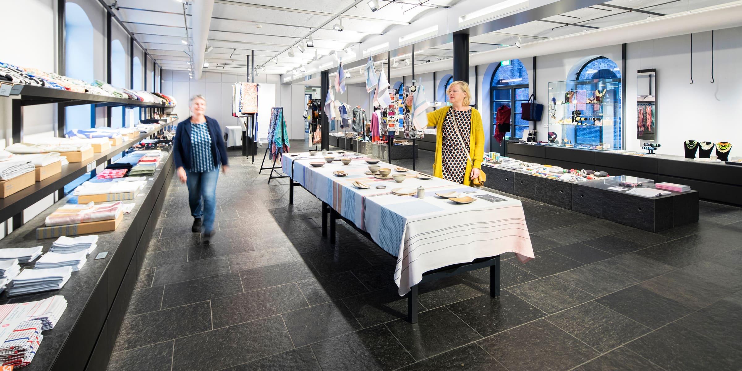 Bezoekers in het TextielLab