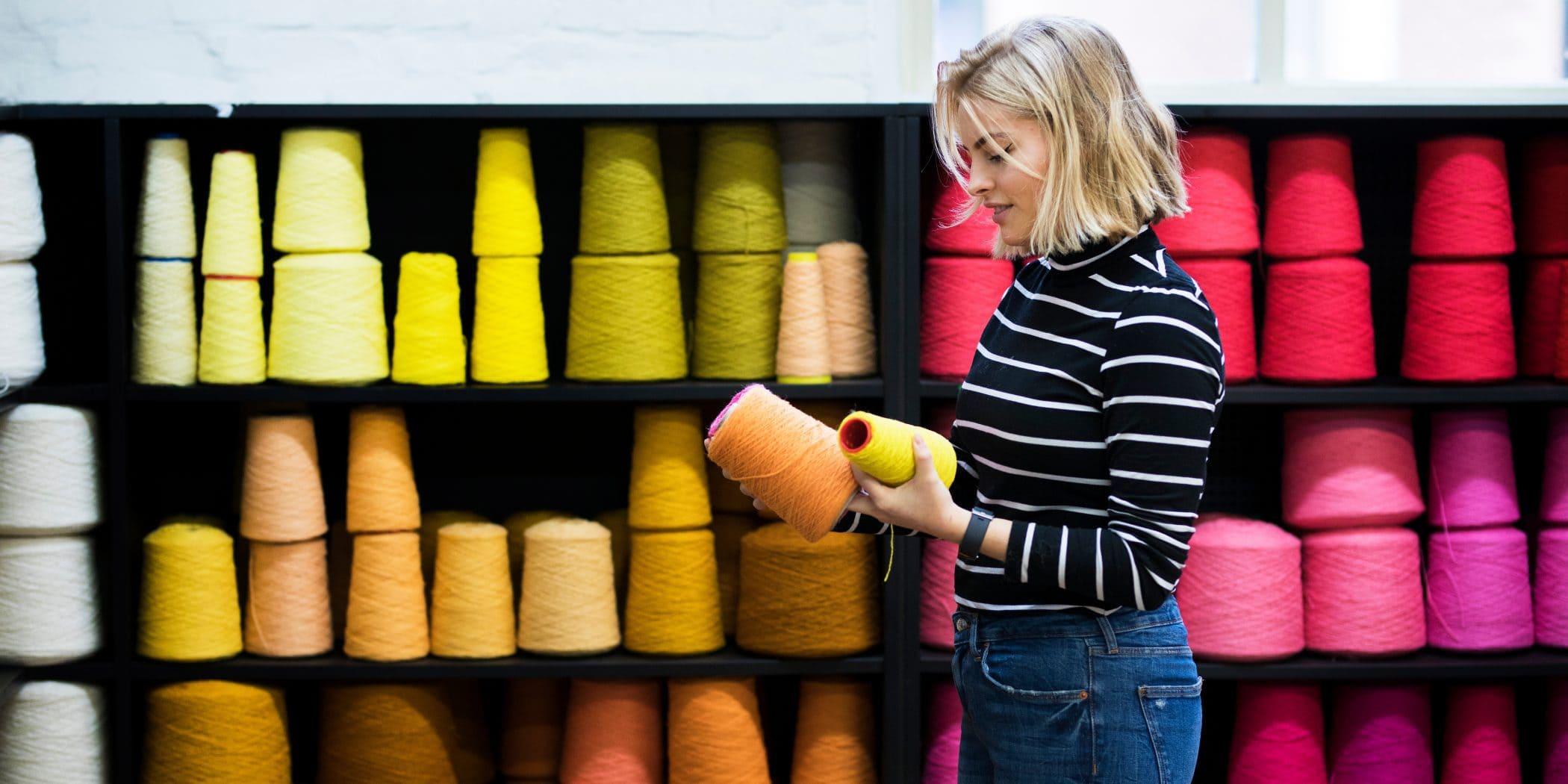 bezoekers kijkt naar verschillende kleuren garen