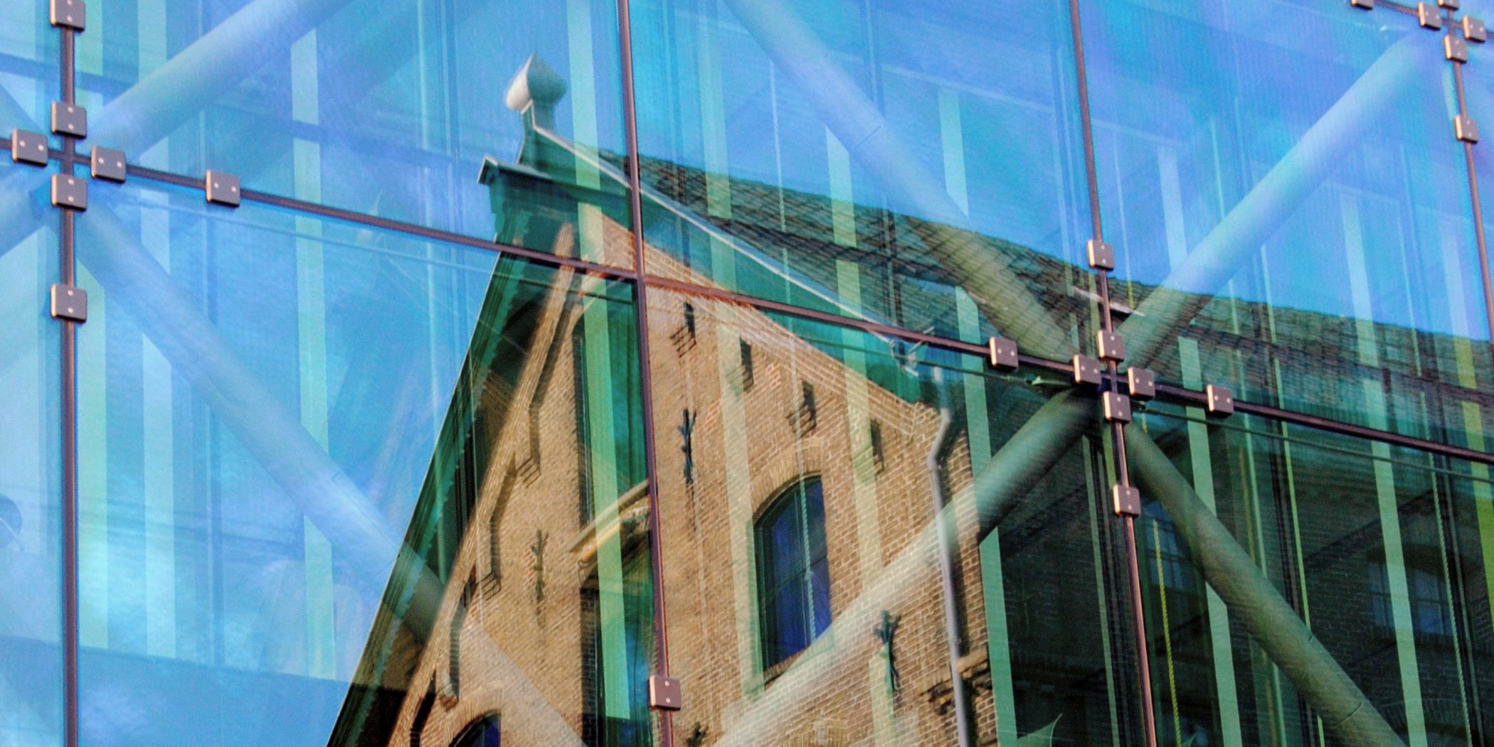 weerspiegeling van de villa in het glazenentree gebouw