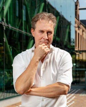 Portret Errol van der Werdt, Gebouw op de achtergrond