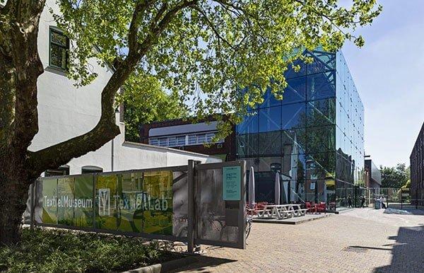 TextielMuseum aanzicht glazen gebouw en poort