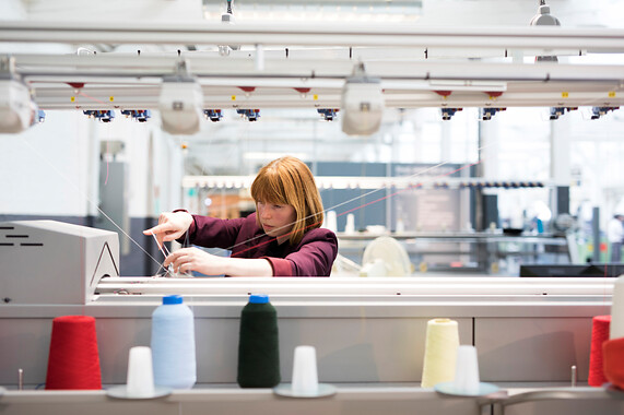 Suzanne aan het werk achter breimachine TextielLab