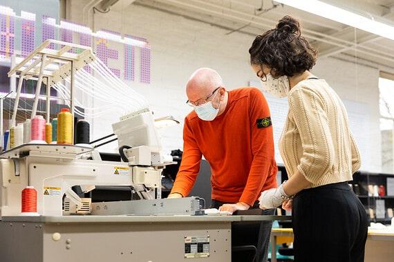 lab medewerker en student bij borduurmachine