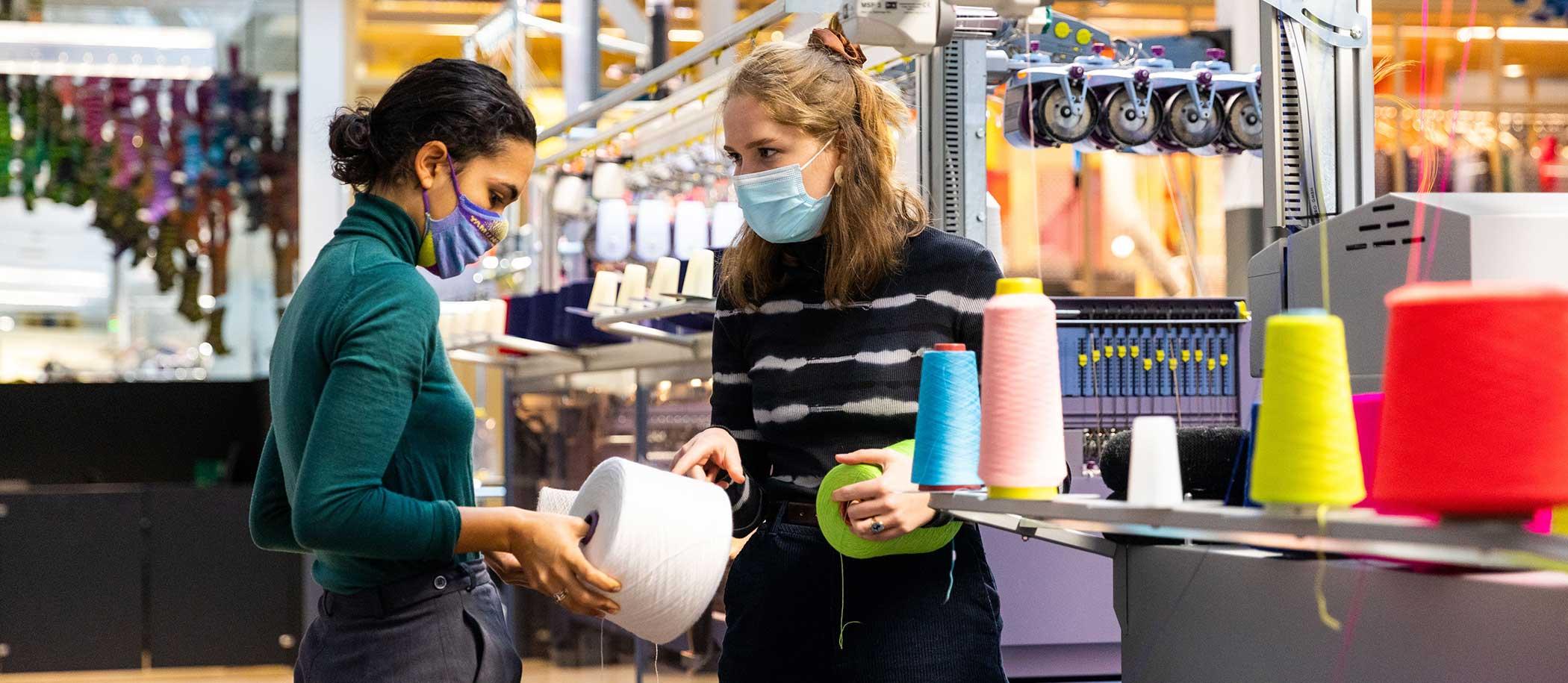 studenten met mondkapjes en garen in handen