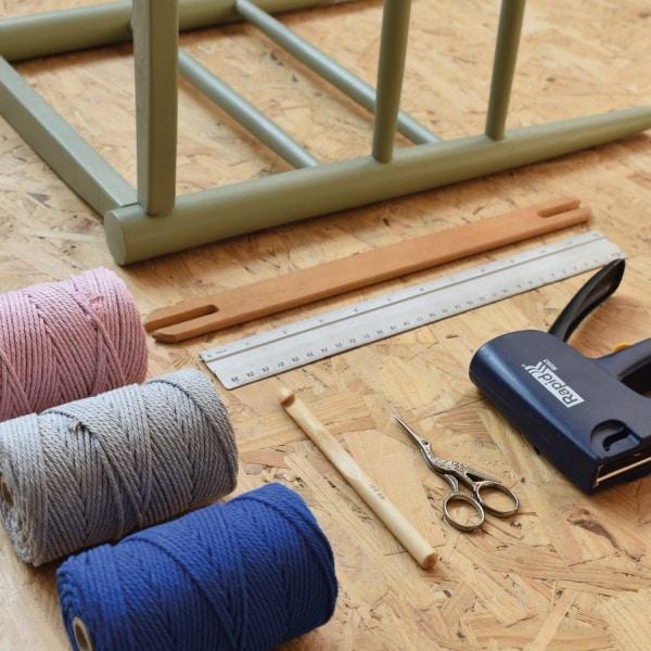 garens, kruk, liniaal, schaar, potlood en lijmpistool als benodigdheden voor workshop