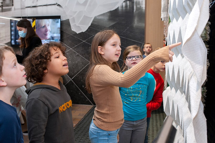 kinderen tijdens rondleiding TextielLab