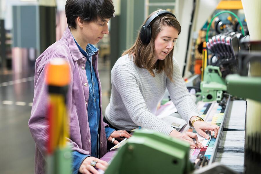 Kunstenaar en Lab medewerker bij weefmachine