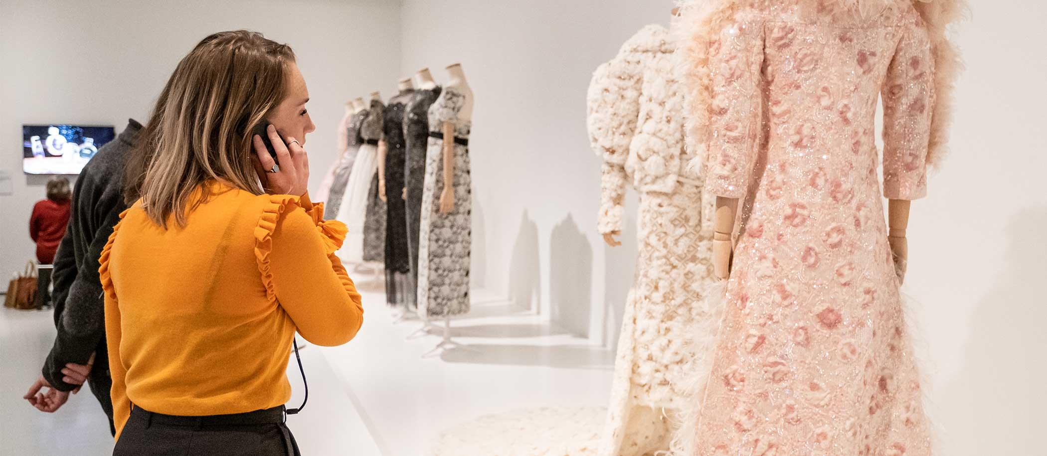 bezoeker in tentoonstelling The Art of Lace