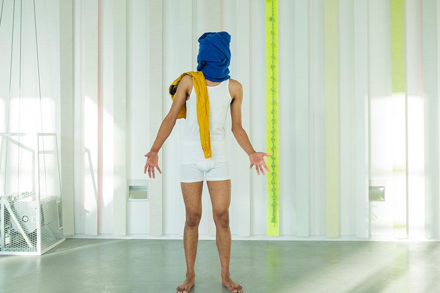 man met blauwe doek om hoofd