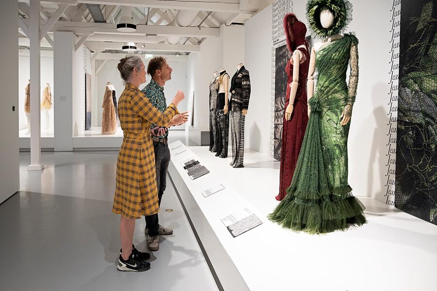 bezoekers in the Art of Lace tentoonstelling