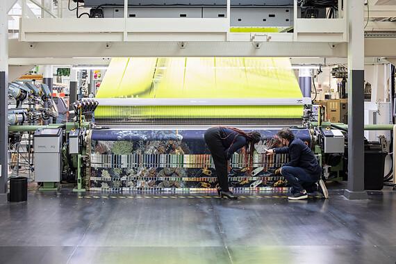 kunstenaar en labmedewerker bij weefmachine