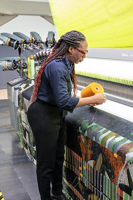 kunstenaar bij weefmachine