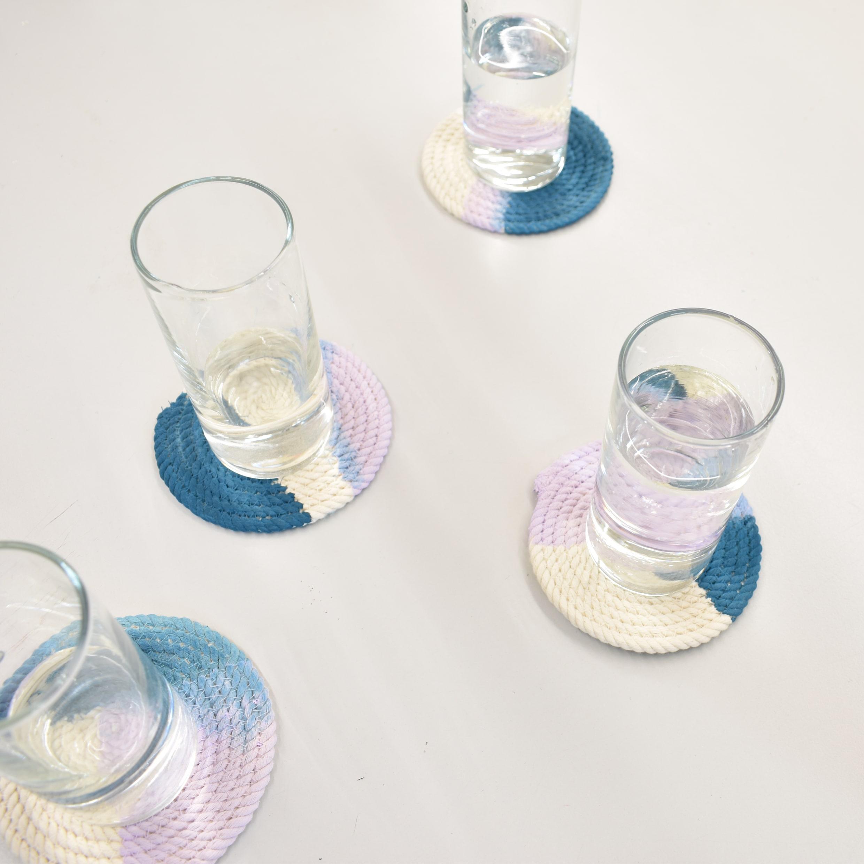 onderzetter van touw met glazen er op