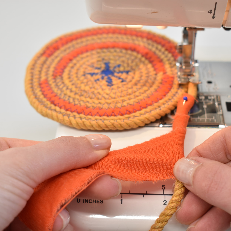 touw wordt aan elkaar genaaid tot rope basket