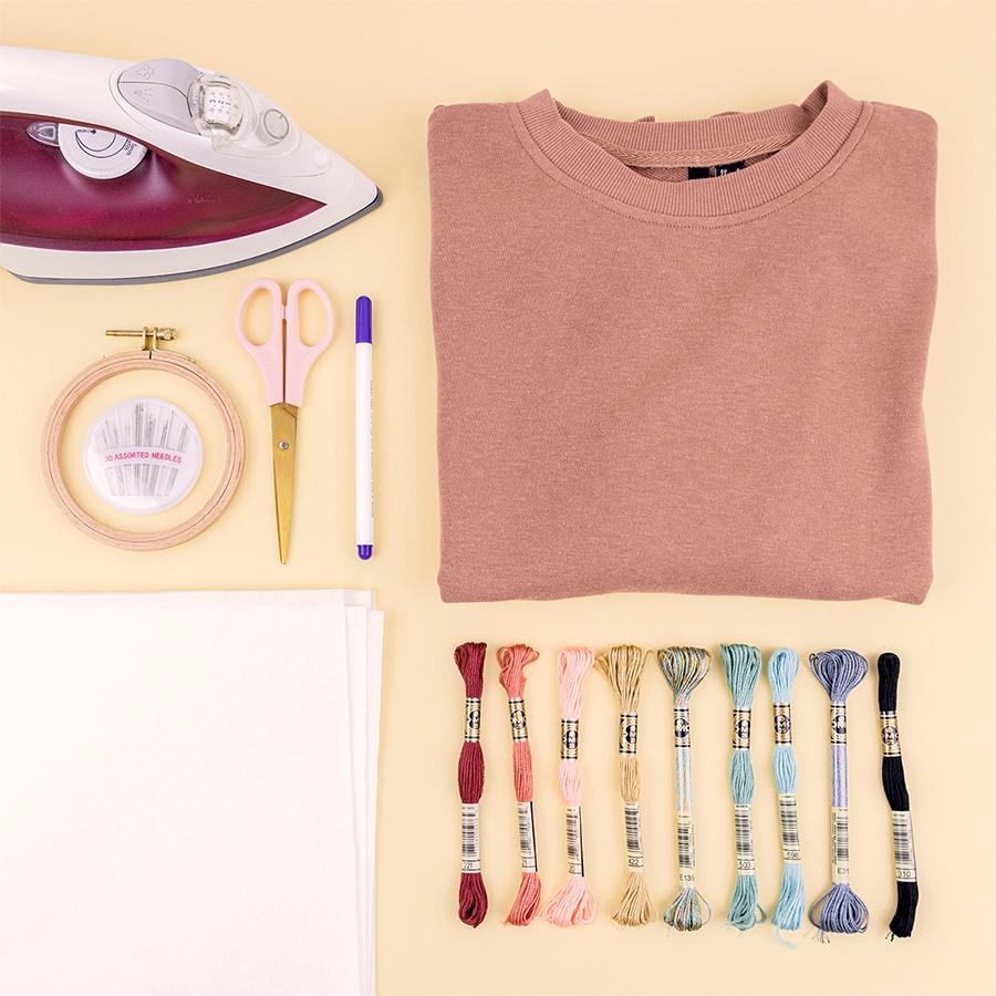 Trui, garens, velcro papier, borduurring, naalden, schaar, stift en strijkijzer
