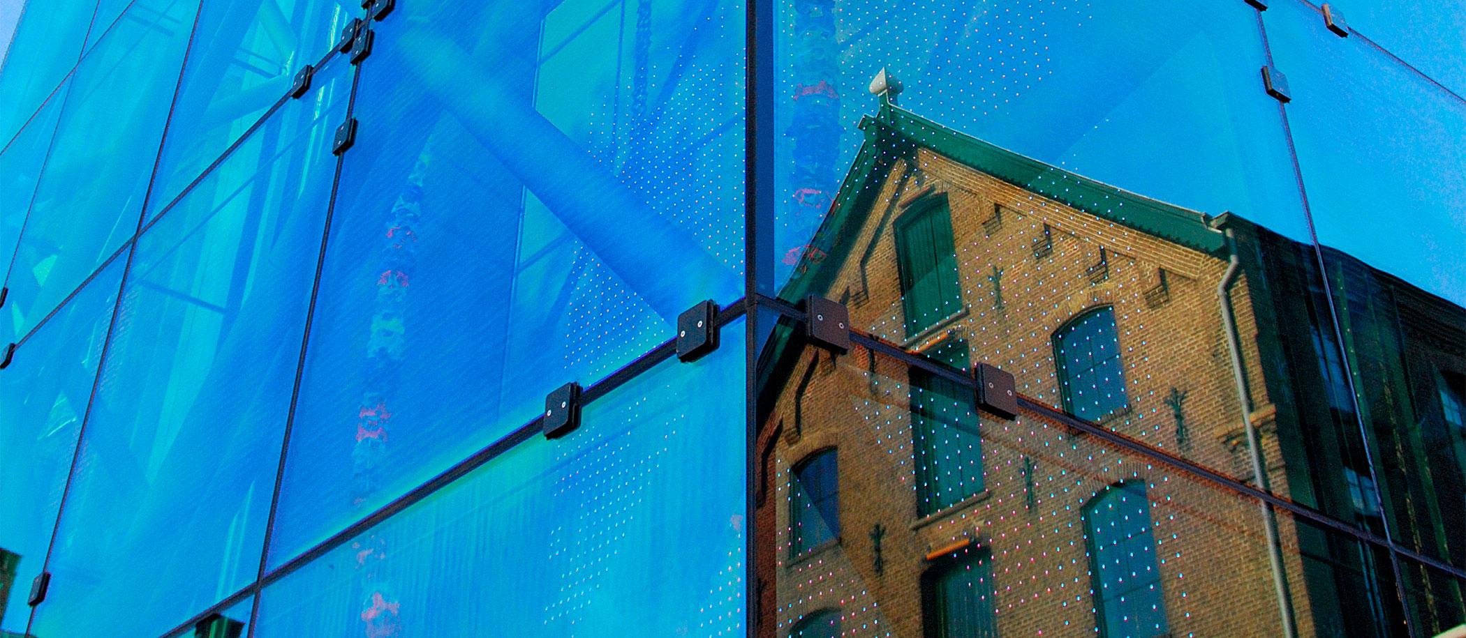 weerspiegeling villa in glazen entree gebouw
