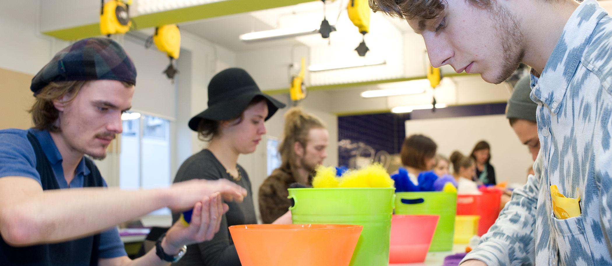 studenten aan het werk met vilt in workshopruimte