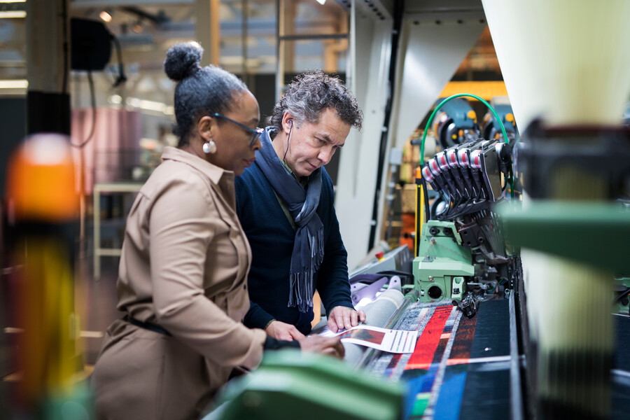 lab medewerker en maker bij de weefmachine